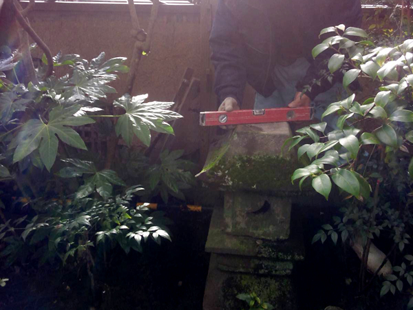 お庭の石材の復旧作業の様子