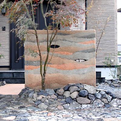 玄関に波打つ塀の造形