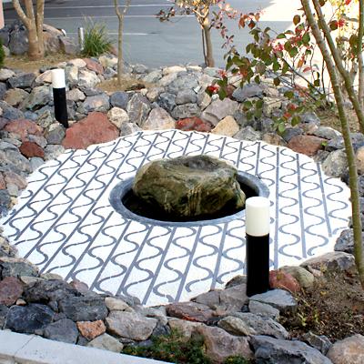 要石を中心にモザイク調のタイルデザイン