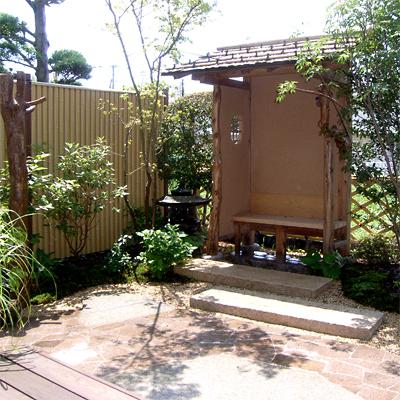 庭に風流な腰掛け椅子を設置